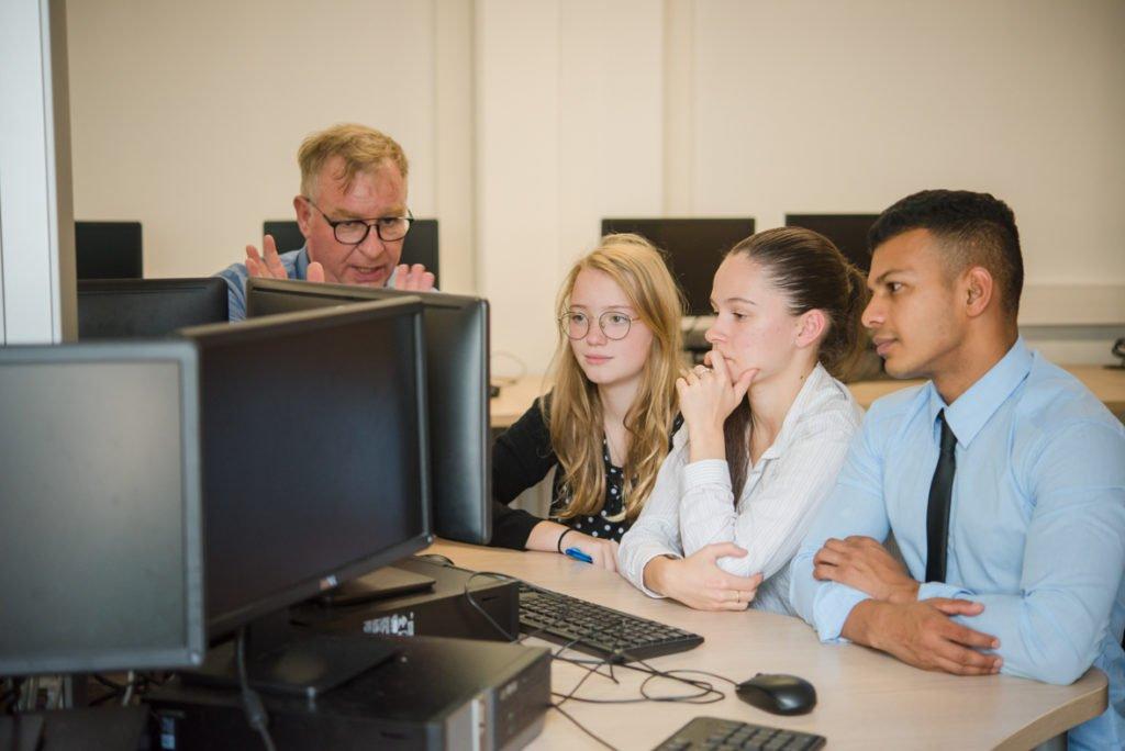 élèves en salle informatique
