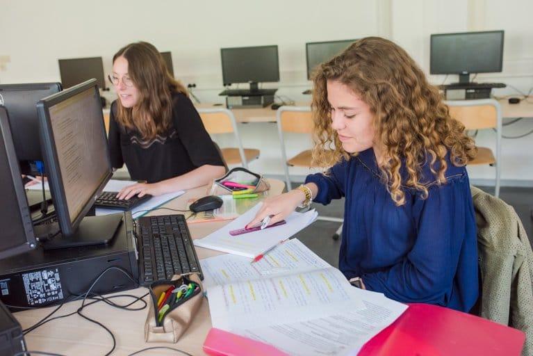 élèves qui étudient au cdi